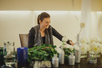 ..připravovala květinová výzdoba..