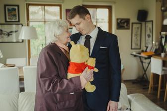 Babička, která si kvůli zdravotním problémům netroufla jet na obřad přijela Vláďu podpořit aspoň domů..