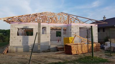 3/4 prvej fazy strechy hotova, este prekryju vpredu zavetrie a vzadu terasu