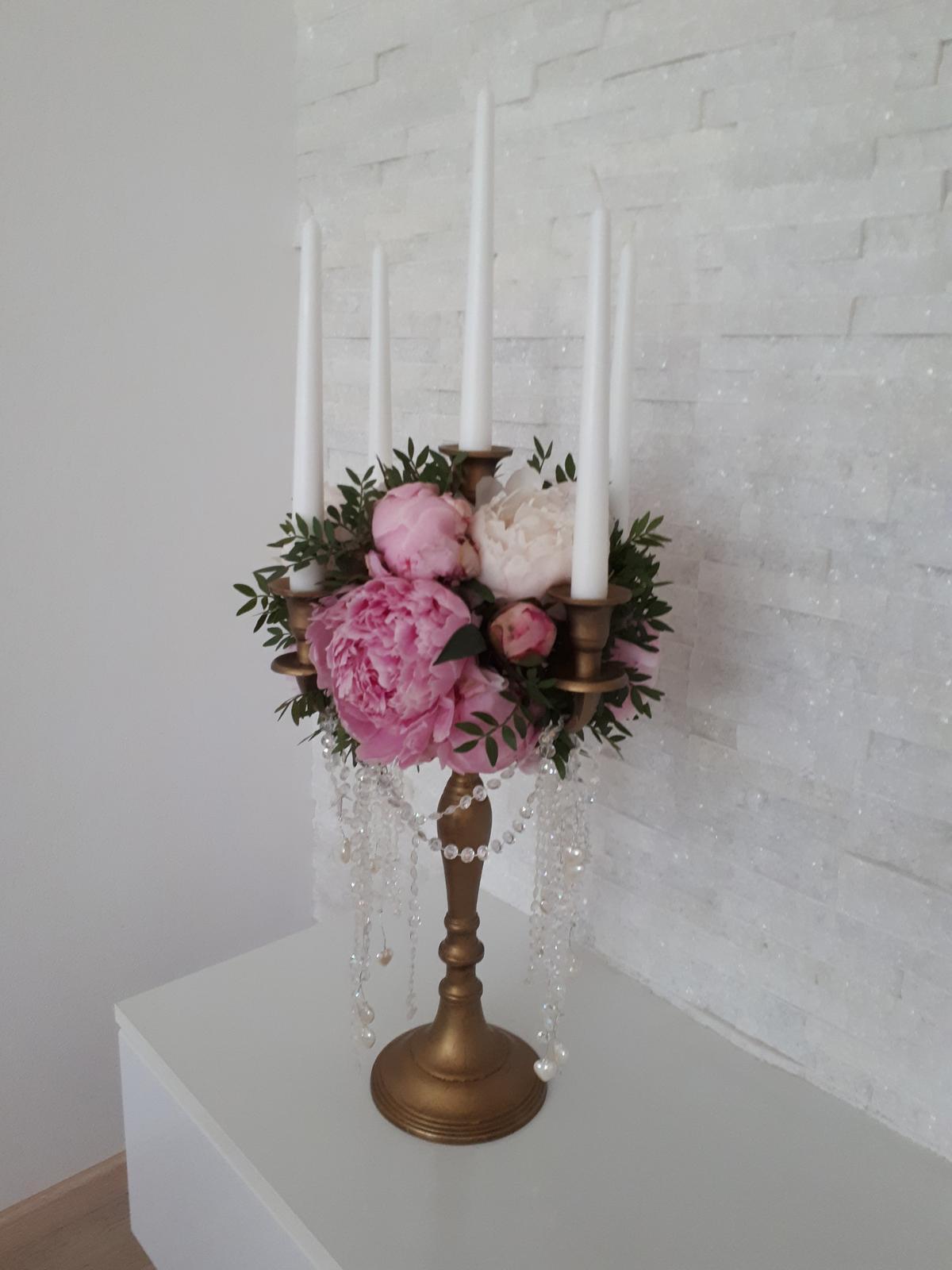 zlaté svietniky + živé kvety - Obrázok č. 1