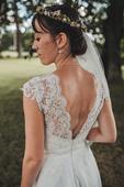 Krajkové splývavé svatební šaty s odhalenými zády, 34