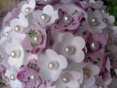 Koule z bílo-fialových kytiček,