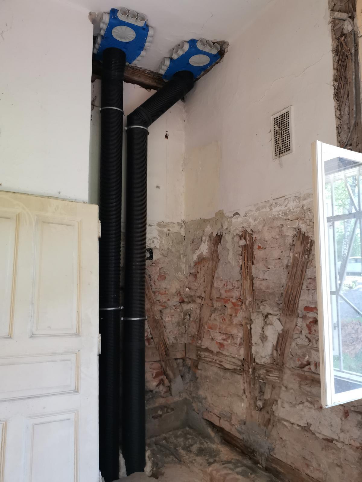 Montáž vetracích rozvodov pre rekuperáciu - Použité sú ventilačné rozvody COMAIR Uniflexplus+ a Isocomplus+, vzhľadom na zachovanie autentického interiéru sú vyústenia realizované kombináciou podlahových, stenových a stropných vyústení tak, aby boli zachované stropné klenby a prvky.