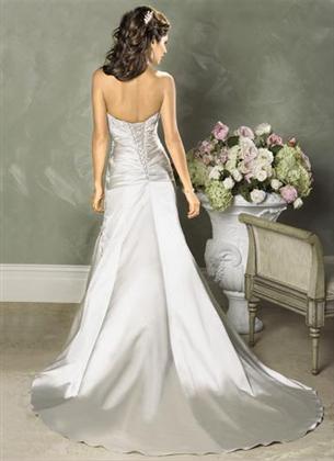 Skúšanie svadobných šiat - Carla zozadu z katalogu