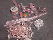 růžové a bílé stuhy,