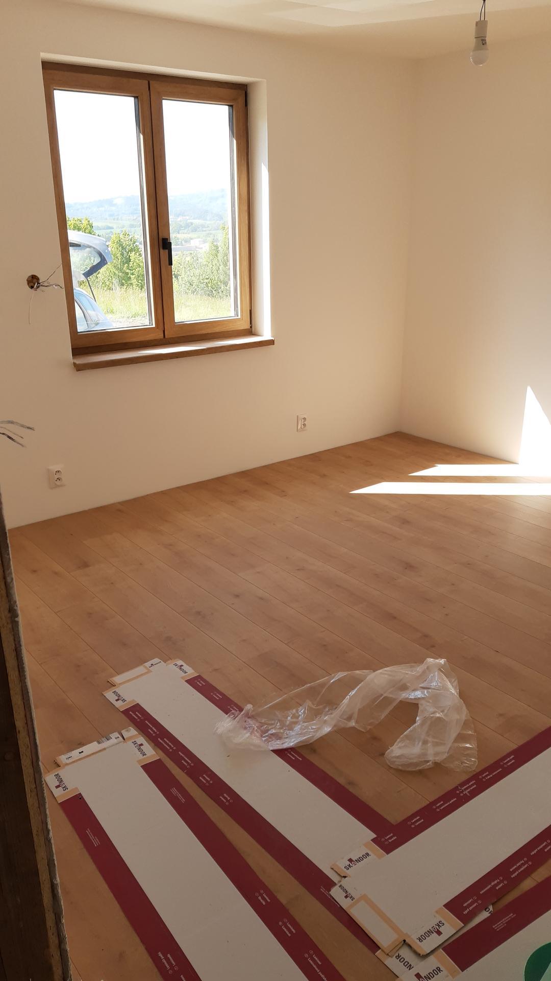 Pomalu ale snad jiste :) - Podlahy jsme nestihli ani poradne vyfotit 🙂 samozrejme, ze tu barvu podlahy adekvatne vyfotit nejde 😀