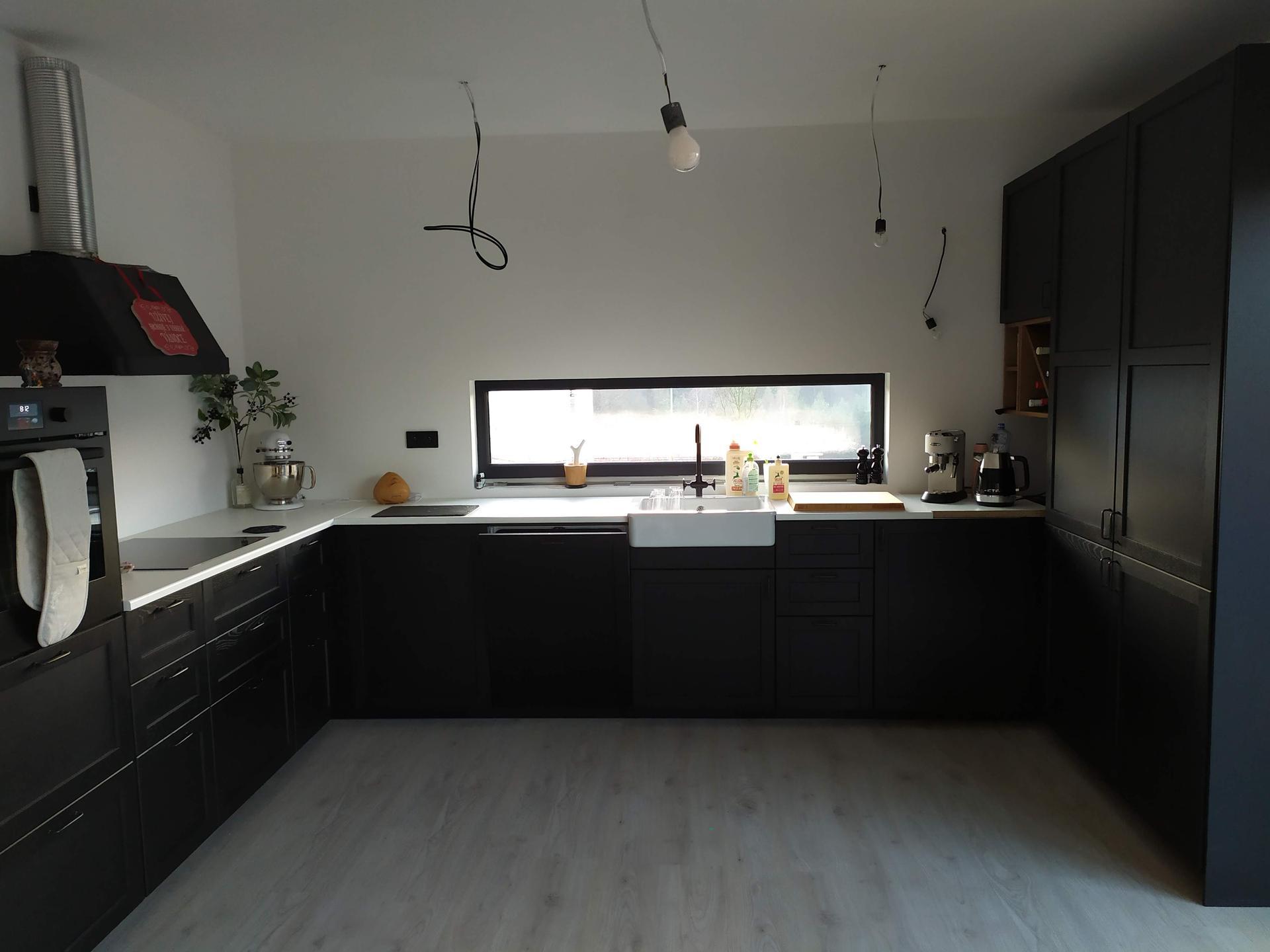 Náš domov ve svahu - Kuchyně po smotnování - zatím s prozatimní deskou, čekáme na desku na míru