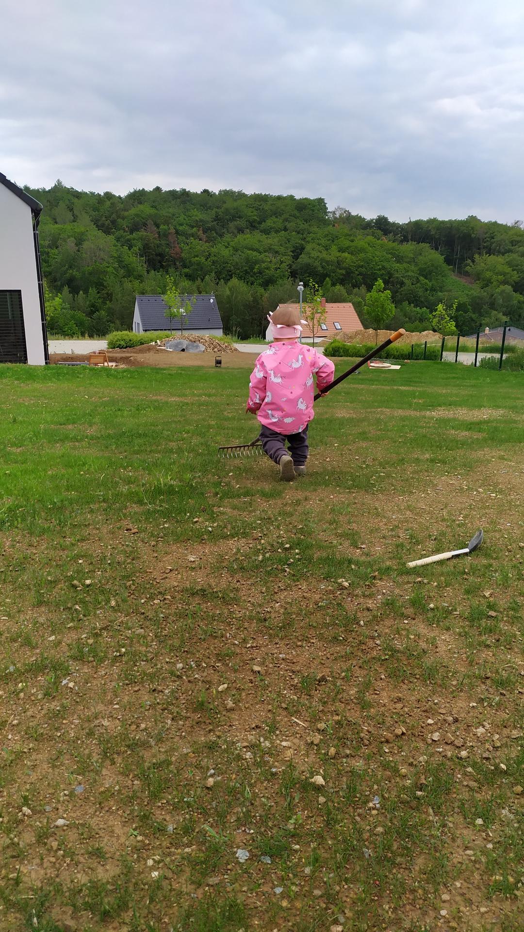 Náš domov ve svahu - Dozaséváme trávník na vyplavená místa