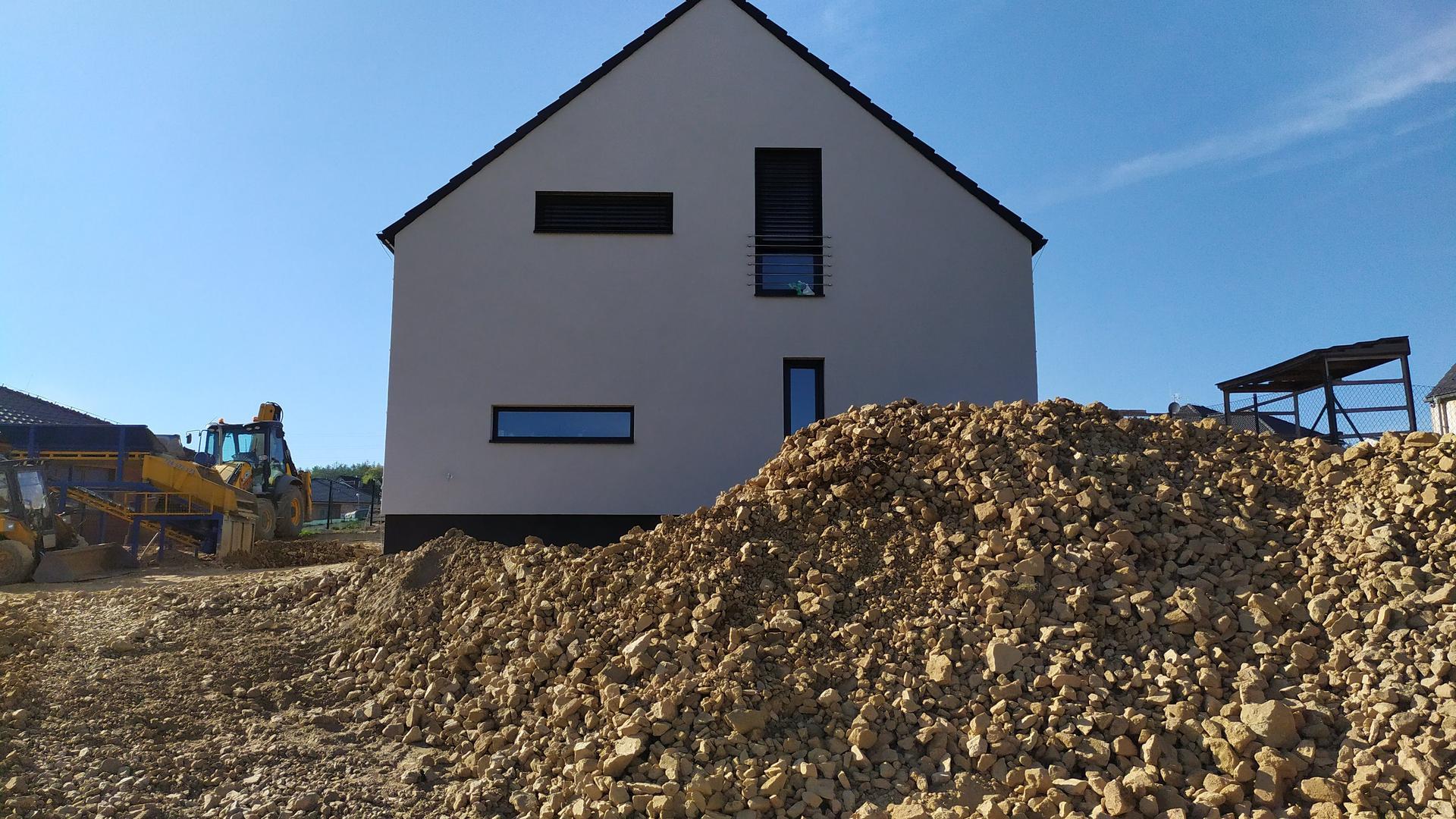 Náš domov ve svahu - Terénní úpravy v plném proudu. Třídíme výkopovou zeminu na kamení a na hlínu. 300 kubíků...je toho dost. Místo plotu máme hradby :D