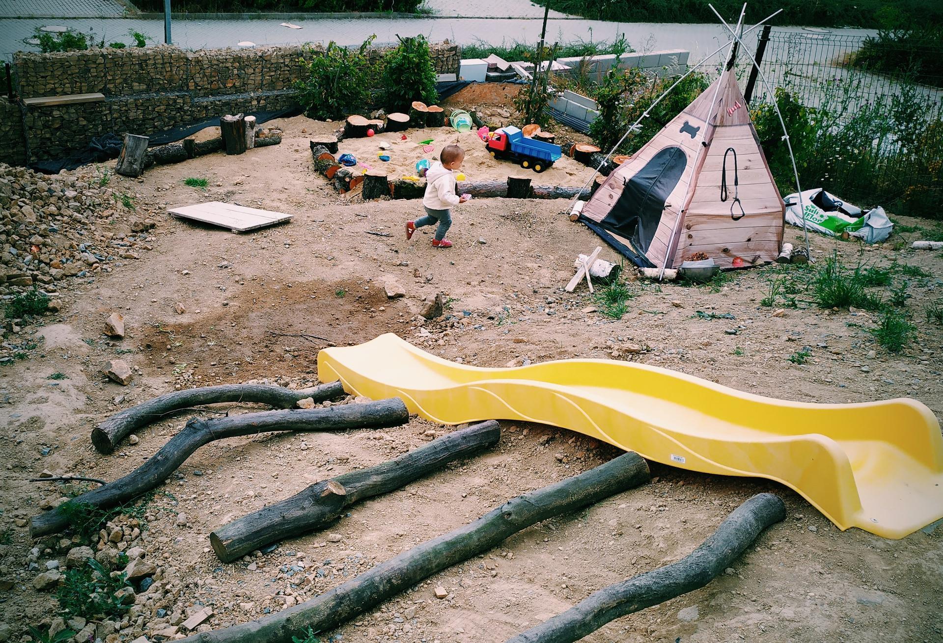 Náš domov ve svahu - Dětské hřiště ve svahu, zatím stále v procesu, ale za to v každo-denním zápřahu