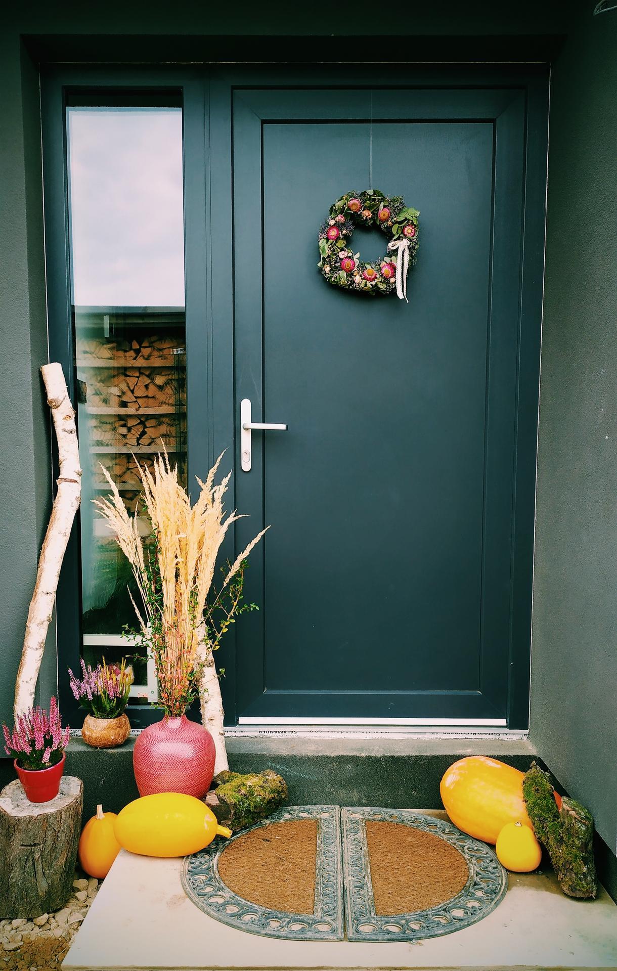 Náš sen, náš domov - Tohle je jedna z věcí na kterou jsem se s domečkem těšila nejvíc. Perfektní to není, ale i tak mám obrovskou radost. Na větve přijdou ještě světýlka. Hooodně světýlek. A příští rok to bude ještě větší hitparáda až bude dodělaný vchod