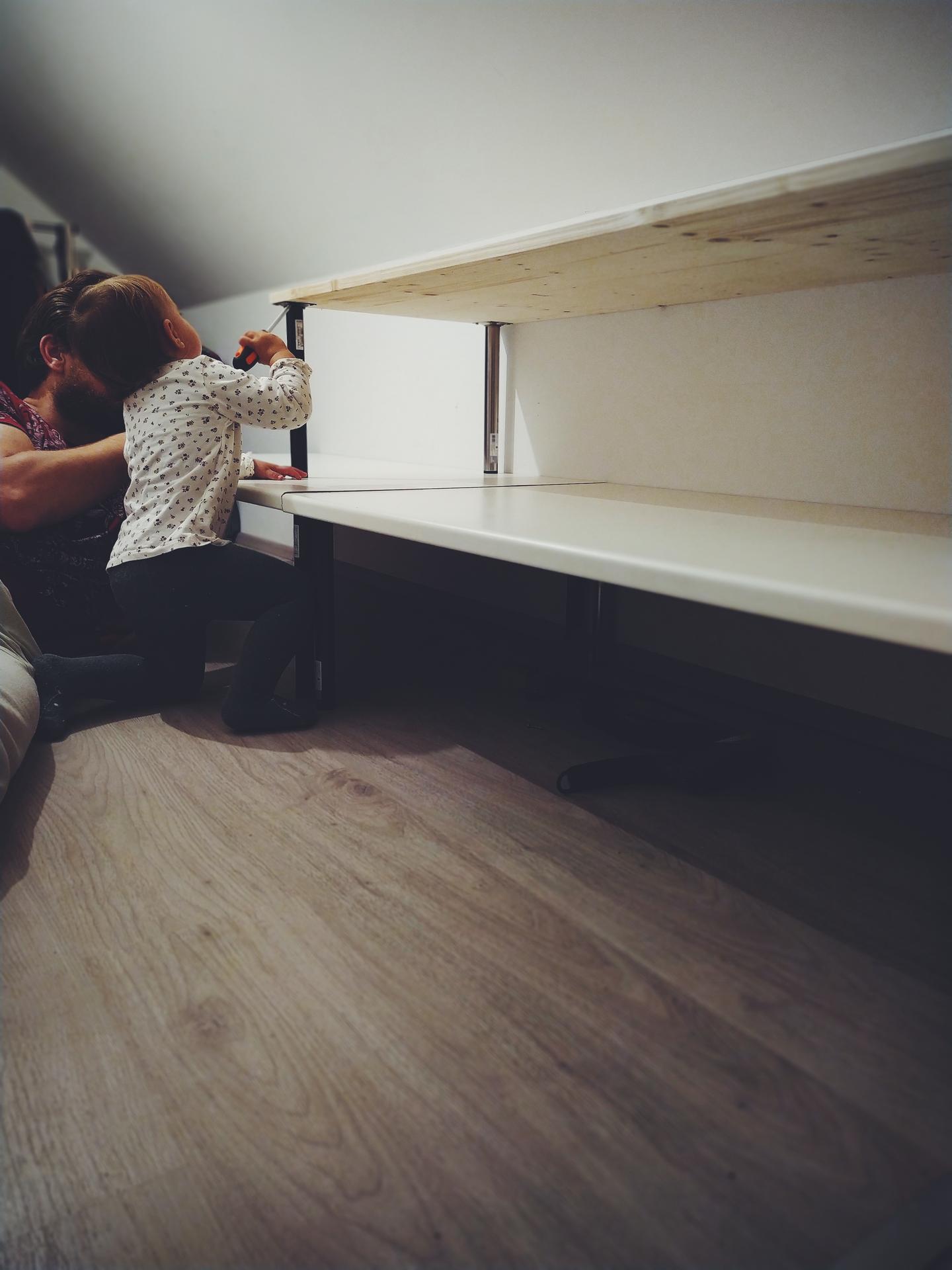 Náš domov ve svahu - Nakonec jsme se rozhodli desku využít na police do kumbálu. Zatím kumbál využíváme jako provizorní šatnu, kde většinu oblečení máme v kufrech. Tak konečně bude na oblečení krásně vidět a až si jednou pořídíme skříň, police využijeme na krabice