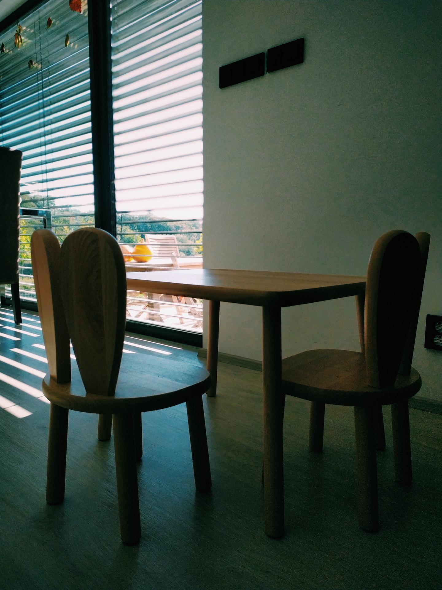 Náš domov ve svahu - Konečně pořádné místo pro tvorbu :). Miluju to světlo.