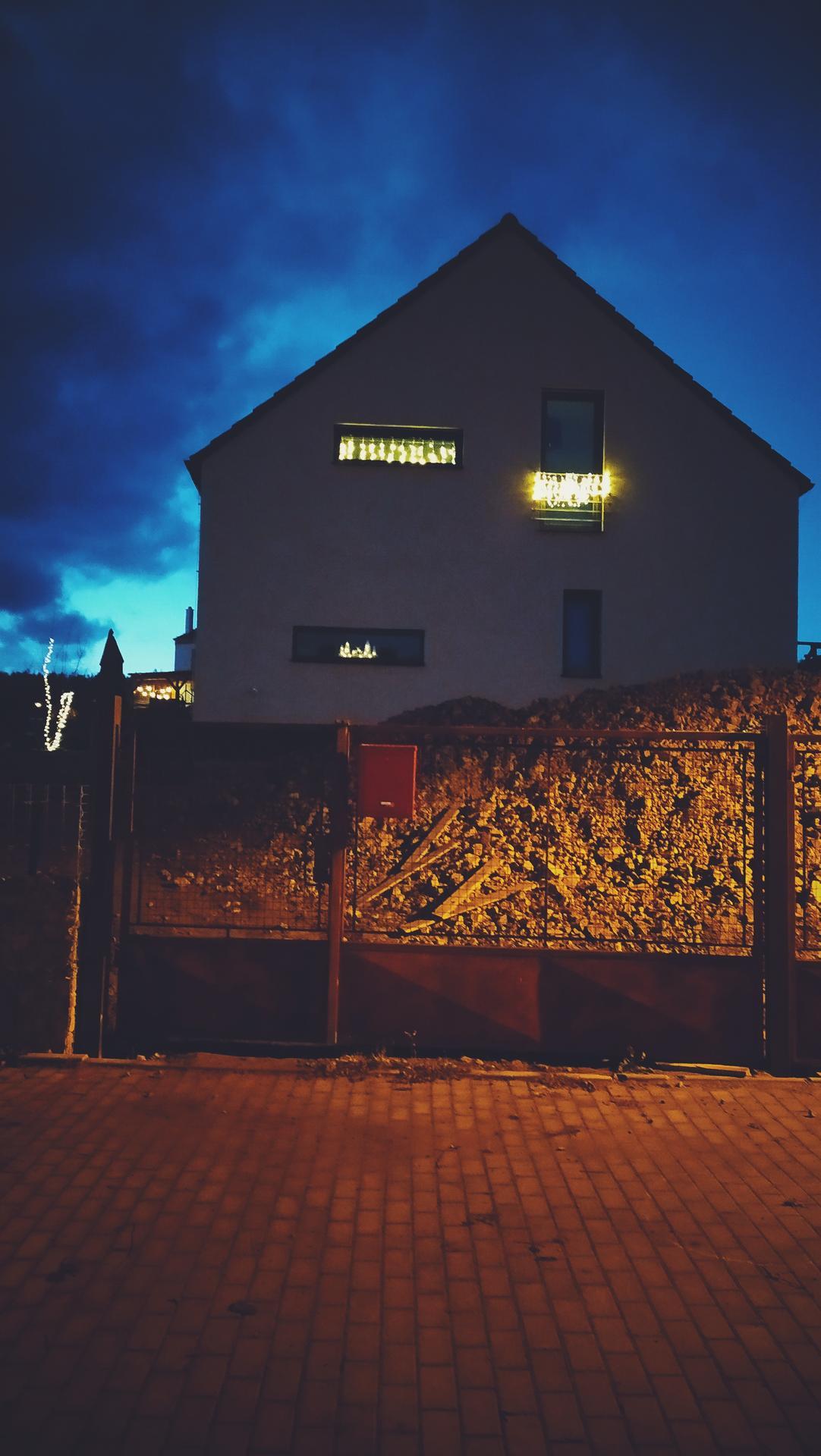 Náš domov ve svahu - Zepředu dům pořád vypadá jako na stavbě, ale světýlka nesmí chybět :D