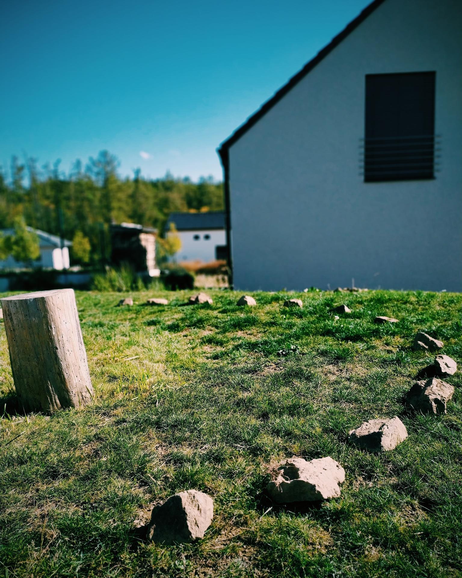 Náš domov ve svahu - Jeden z plánů pro tento rok je určitě dodělat ohniště. Vedle ohniště bude velký pohledový kovový dřevník, který bude zároveň sloužit jako část živého plotu.