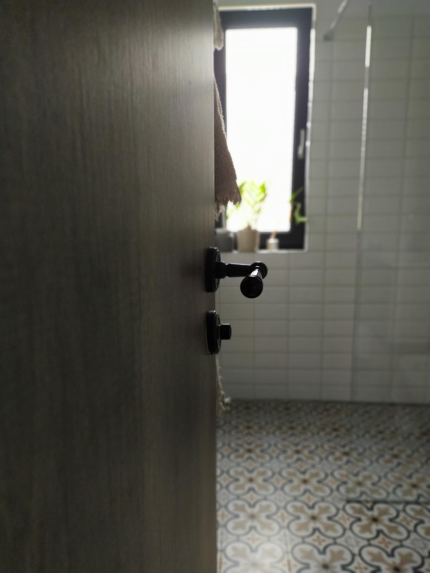 Náš domov ve svahu - Hostinská koupelna
