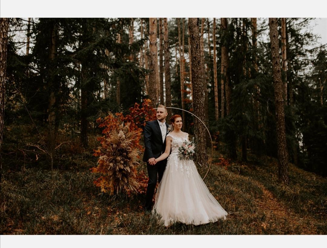 Tak a svadbu máme úspešne za sebou... Napriek všetkým okolnostiam to bolo krásne a malo to svoje čaro. Všetko nakoniec vyšlo až nad očakávania 😊 Neľutujeme, že sme obrad znova preložili ❤️  A pevne verím, že sa situácia čoskoro upokojí a budeme môcť usporiadať aj hostinu 😊 - Obrázok č. 1