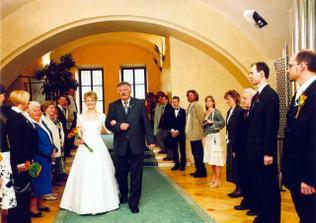 nevěsta příchází s tatínkem