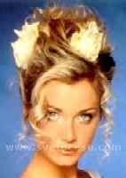 krásné prstýnky kolem obličeje a krásně vyzdvižené vlasy nahoru, plus květy
