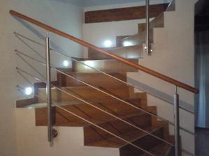 dokončené schody a zábradlie