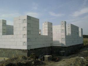 obvodové múry sú postavené a ide sa robiť veniec