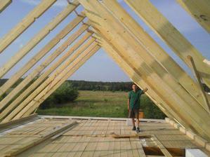"""tu je môj hlavný """"stavby vedúci"""" :-) ... to len aby ste mali predstavu, aký je náš krov obrovský..."""