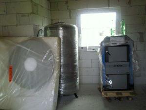 máme už aj zásobník na vodu a kotol na tuhé palivo... katastrofa ho dostat do domu, má asi 400kg