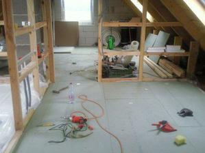 aj podlaha na poschodí už je v podstate hotova :-)