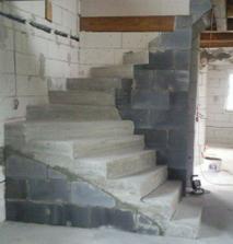 komora pod schodami je vymurovaná