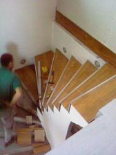 už aj na schodoch sa pracuje... a už nainštalované bodové svetlá :-)