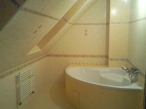 Naša kúpelka na poschodí... moja nová najoblubenejsia miestnosť ... na fotke to nie je vidno, ale je to kombinácia bledožltej a bledooranžovej (komín, vaňa...)