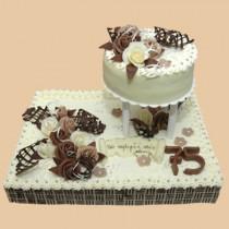 Vybrali jsme tento atypický dort. Objednán je bez čísla, nahoře s prstýnky a barevně růžová-bodó. Tak uvidíme :-).