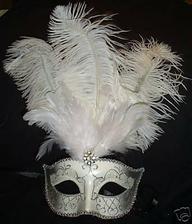 jelikoz pritel je z benatek, tak bych masky chtela mit na svatbe. doma uz mame fialovou ;-]