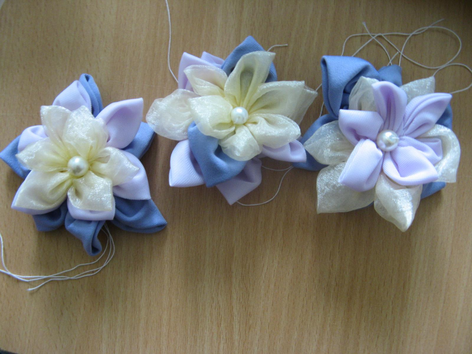 Naše prípravy a predstavy - kvetinky pre družičky - moje krásne neterky