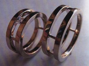 PREDLOHA nase obrucky ale v reale bude trosku ina kombinacia zlata ...kraj zlte spoj biele...a v strede diamant :)