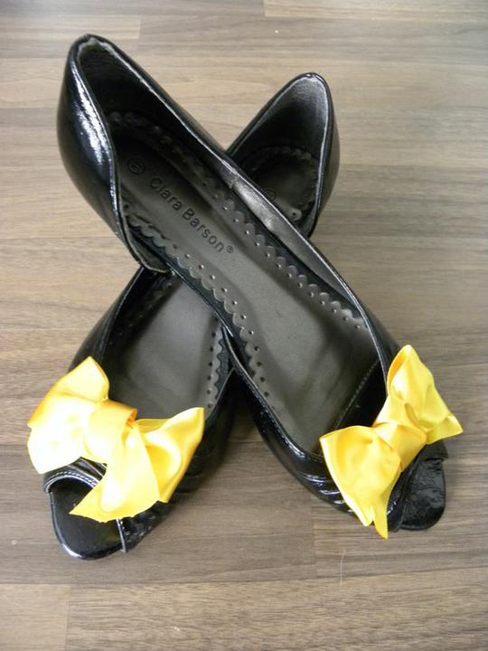 Co už máme - moje mašličky :) Botky zatím nemám :) ve skutečnosti je ta žlutá trochu tmavší