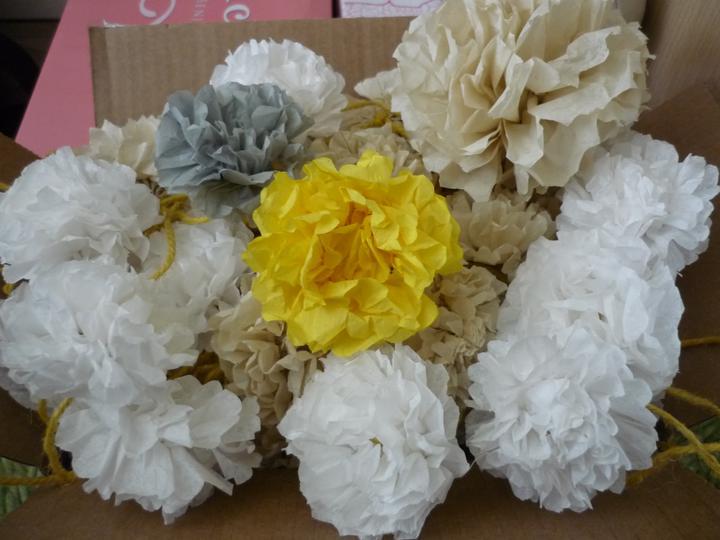 Co už máme - hotové papírové kytičky na ubrousky a dekoraci