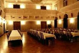 tu sa bude konať svadobná hostina.....ale budú okrúhle stoly :)