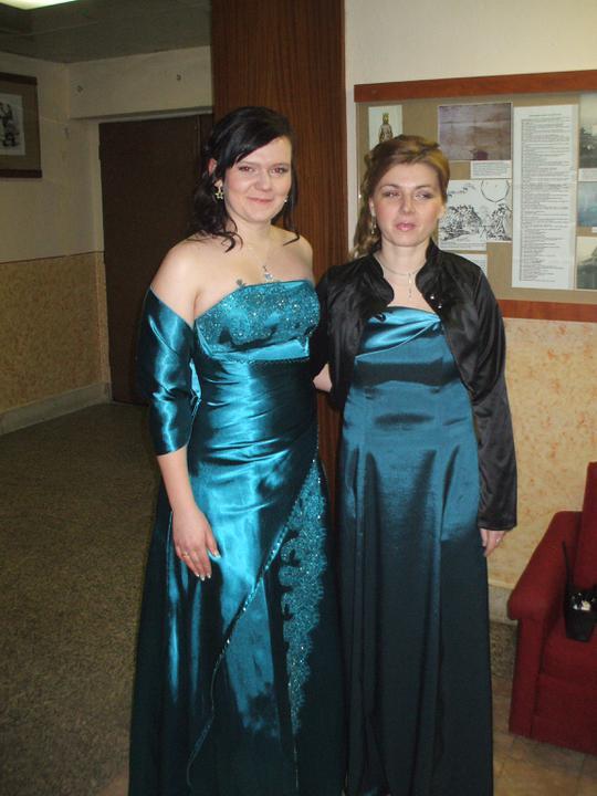 Naša Svadbička :):):) - Ja s mojou sestričkou v mojich popolnočných šatách