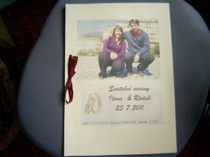 první vlaštovka svatebních novin, ale ještě michybí 14 fotek, takže jsem vytiskla jen abych viděla jak to vypadá :)
