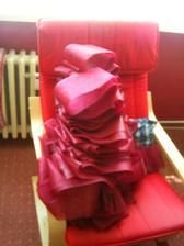 nastříháno celkem 86ks nakonec dvoumetrových proužků na mašle na židle, po svatbě budou nejspíš na prodej