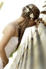S kadeřnicí jsme vybraly tento - k šatům jde dokonale :) Nebudou květiny ve vlasech, ale spona.