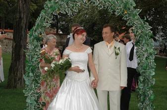 Pokus o povzbudivý pohled pro ženicha...