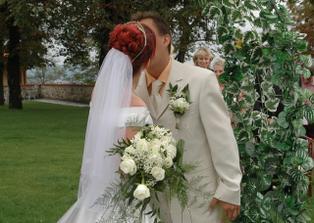 První novomanželské políbení... :-)