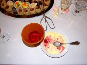 dezert - vanilková zmrzlina s horkými malinami (už malinko roztátá...)