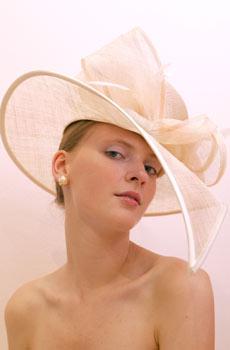 Najkrajšie účesy pre blondínky :) - klobuciky.....trosku extravagantné, ale zaujímaveé....