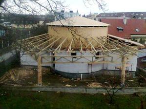 Strecha s vejárovo usporiadanými trámami v zadnej časti domu