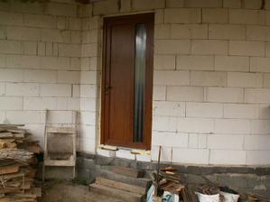 Vstupné dvere zo zadnej časti domu
