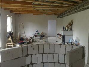 Pohľad z kuchyne cez bar do obývacej časti
