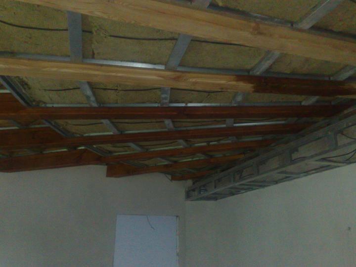 Náš dom ALEX - Priznané trámy v časti obývačka-jedáleň-kuchyňa